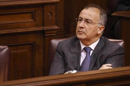 El consejero de Presidencia, Francisco Hernández Spínola, en el salón de plenos del Parlamento. / SERGIO MÉNDEZ