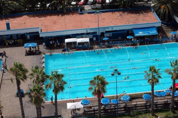 un grupo de individuos provoca destrozos en la piscina