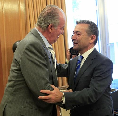 El rey Juan Carlos saluda al presidente de Canarias, Paulino Rivero. | EFE