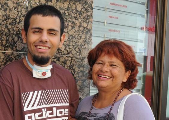 Liset Sánchez y Gustavo, tras una sesión de rehabilitación neuropsicológica. | J.G.