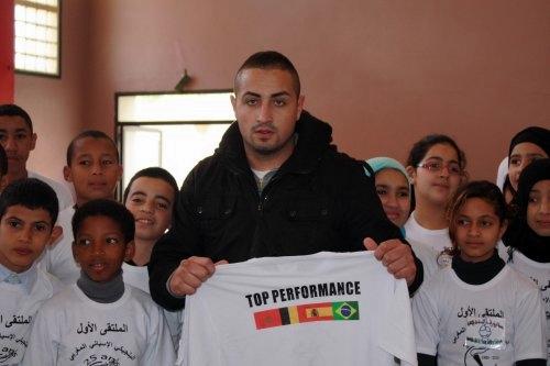 Loren Jorge posa junto a un grupo de niños en Marruevos. | DA
