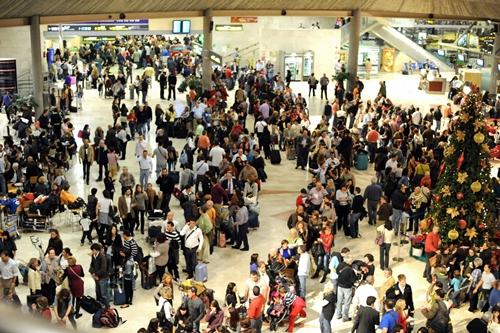 Colas en los mostradores de facturación del aeropuerto Tenerife Norte por la huelga de los controladores.   SERGIO MÉNDEZ