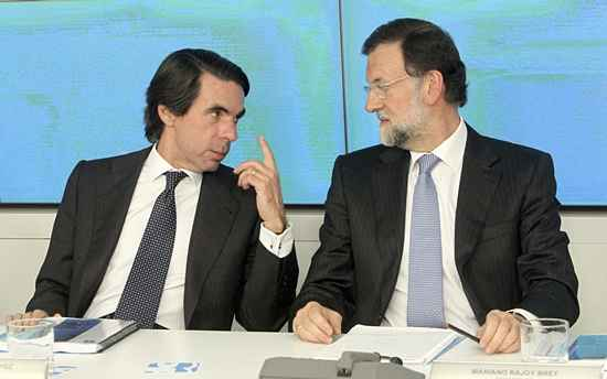 El líder del PP Mariano Rajoy junto al expresidente del Gobierno, José María Aznar, al comienzo de la reunión del Comité Ejecutivo Nacional del partido. / EFE