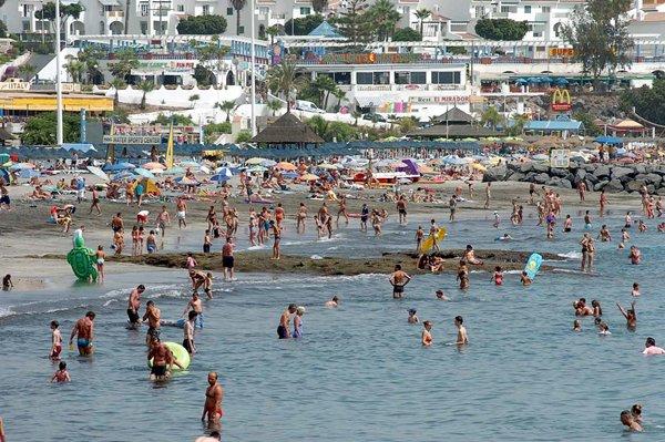 Imagen de archivo de la playa de Fañabé, en la localidad sureña de Adeje. | DA