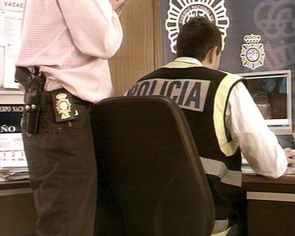 Un agente estudia uno de los vídeos con contenido pedófilo.   DA