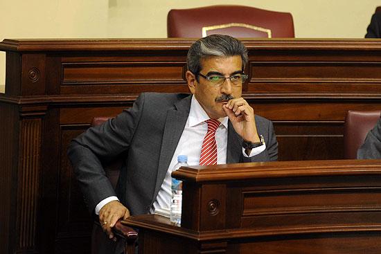 El presidente de Nueva Canarias, Román Rodríguez, en su escaño del Parlamento regional.   DA