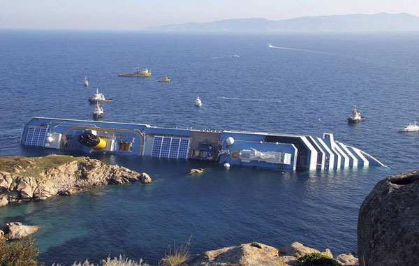 El crucero 'Costa Concordia', de 115.500 toneladas y 300 metros de eslora, llevaba a bordo 4.229 pasajeros en su periplo por el mar Tirreno. / EFE