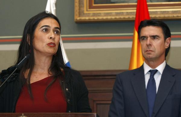 La delegada del Gobierno en Canarias, María del Carmen Hernández Bento, con José Manuel Soria. | Archivo