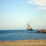 La localidad costera de Asilah acogió los trabajos de despliegue del cable desde el barco hasta la estación ubicada en la zona. | J.M.