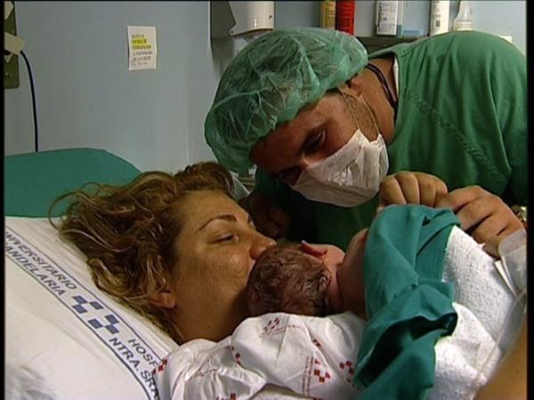 padres junto a su bebé recien nacido