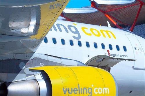 Un avión de la aerolínea Vueling estacionado en un aeropuerto nacional. | E.P.