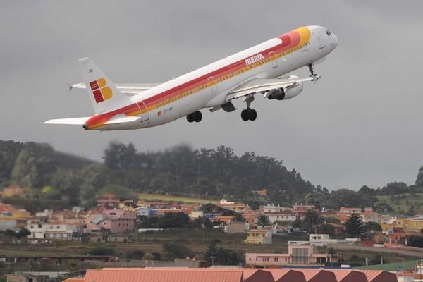 Una avión de la compañía Iberia despega del aeropuerto de Los Rodeos. | DA
