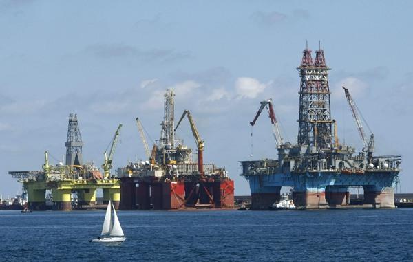 Unas plataformas petrolíferas repostan en el puerto de Las Palmas de Gran Canaria. / EFE