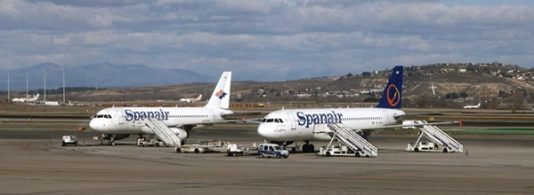 Imagen de archivo de varios aviones estacionados en la pista del aeropuerto Reina Sofía, en el Sur de Tenerife. | DA