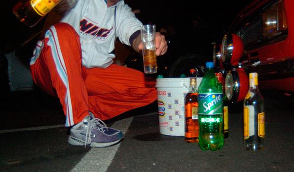 jóvenes haciendo botellón borrachos
