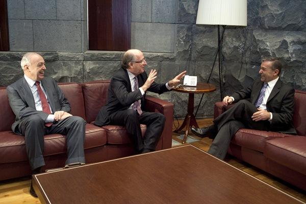 El presidente del Gobierno de Canarias, Paulino Rivero, ya se entrevistó con el presidente de Repsol, Antonio Brufau (centro) y el presidente de Upstream, Nemesio Fernández-Cuesta, en el mes de marzo. | EFE