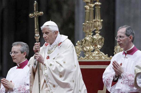 El papa Benedicto XVI (c) ora mientras celebra en la basílica de San Pedro del Vaticano la Vigilia Pascual. / EFE