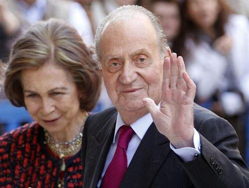 Imagen de archivo del rey don Juan Carlos junto a la reina doña Sofía durante un acto. | EP