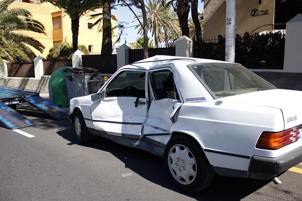Daños en un vehículo que sufrió un accidente mientras circulaba por una Avenida de Santa Cruz de Tenerife. | DA