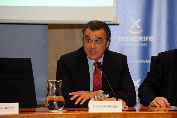Rafael Gallego, presidente de la Asociación de Agencias de Viajes, durante las I Jornadas de Turismo. / DA