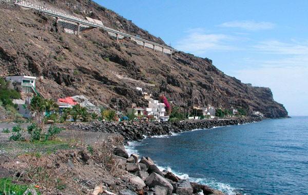 Bajo La Cuesta, en la costa de Candelaria, junto al acantilado. / DA