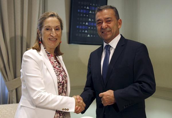 La ministra de Fomento, Ana Pastor , saluda al presidente de Canarias, Paulino Rivero, en una reunión celebrada en la sede del Ministerio.
