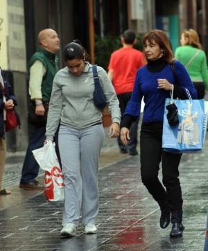 Dos mujeres de compras en la calle Castillo. / DA