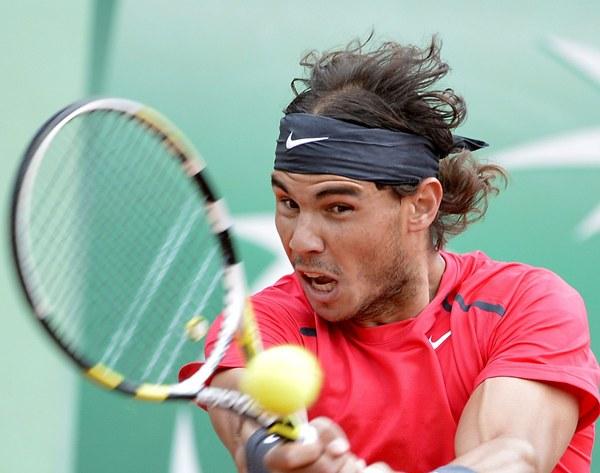 El tenista español Rafael Nadal golpea la bola durante la última final de Roland Garros disputada. | DA