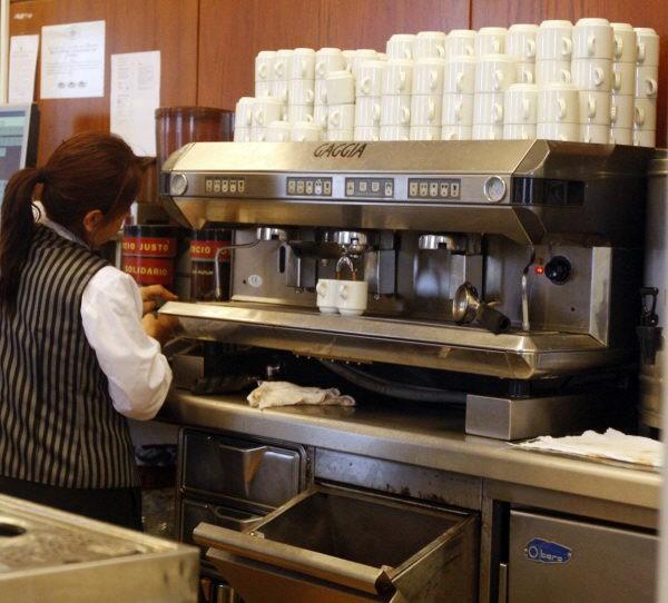 Imagen de archivo de una empleada del sector de la hostelería. / DA