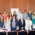 Foto de familia de los alumnos con las autoridades académicas y directora de CajaCanarias | Prensa ULL