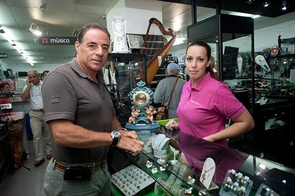 Ronny Abecassis e Idaira Rodríguez, en el interior de la tienda Cash Converters.