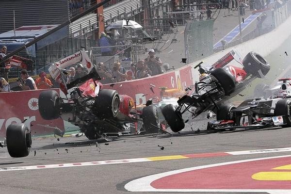 Fernando Alonso y Lewis Hamilton vuelan tras chocar en Spa
