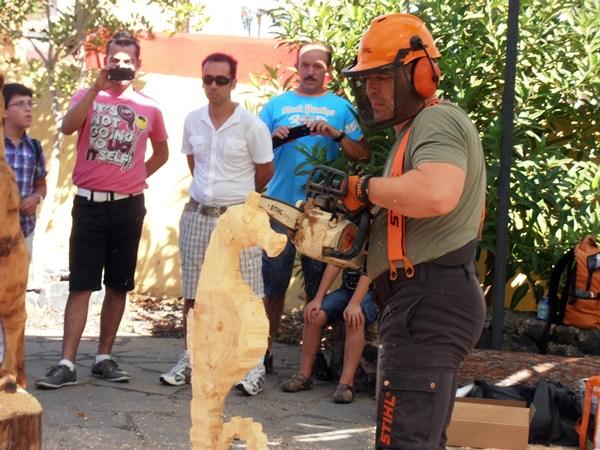 pinolere feria Alberto Rubio tallando con sierra una escultura de madera.JPG