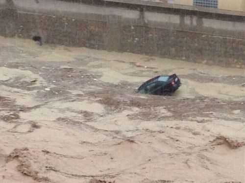fotonoticia: un coche se hunde por la lluvia