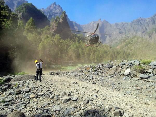 helicoptero GES aterriza en la Caldera de Taburiente