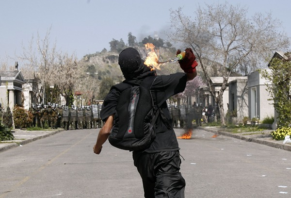 ROMERÍA DE FAMILIARES DE VÍCTIMAS DE DICTADURA CHILENA TERMINA CON INCIDENTES