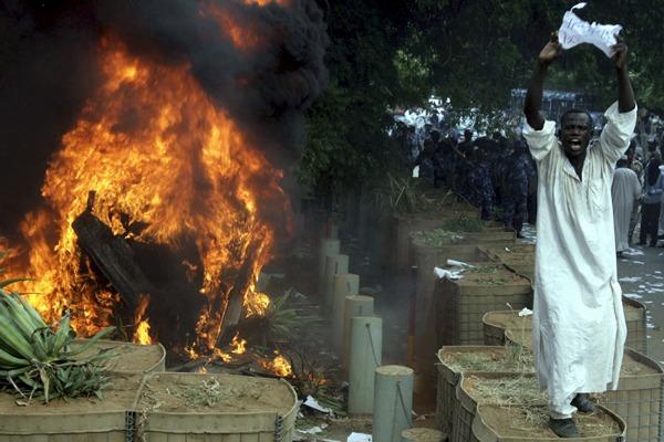 MANIFESTANTES IRRUMPEN EN LA EMBAJADA BRITANICA Y ALEMANA DE JARTUN (SUDAN)