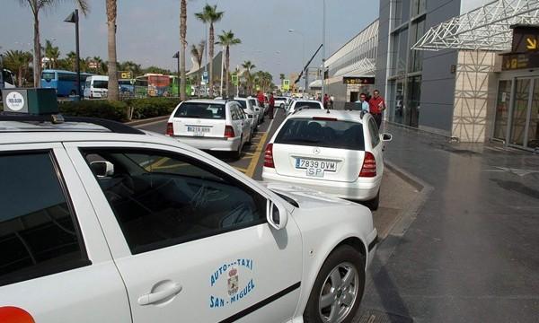Los ayuntamientos de la Isla podrán multar a los taxis ilegales