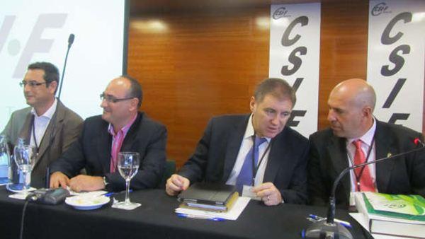 Cesar Martinez (primero por la derecha) conversa con Juan Manuel Lopez