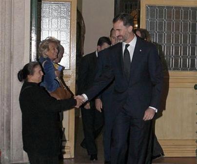 Principe Felipe saluda a una mujer que le pedia limosna