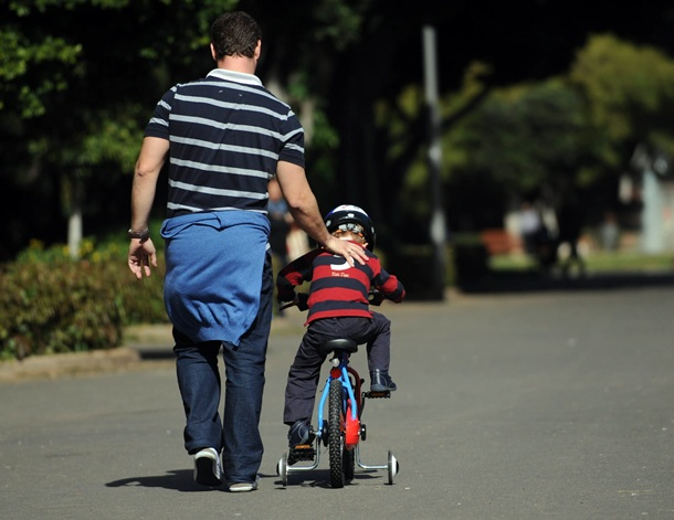 Niña Montando Su Bicicleta En Un Parque: Navegar Antes De Montar En Bici