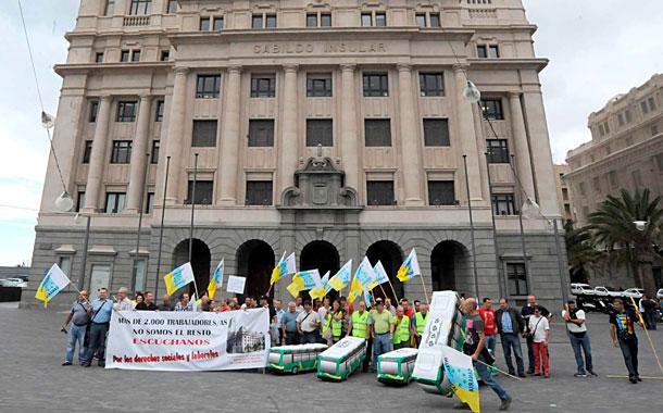 Protesta de trabajadores de las empresas del Cabildo tinerfeño