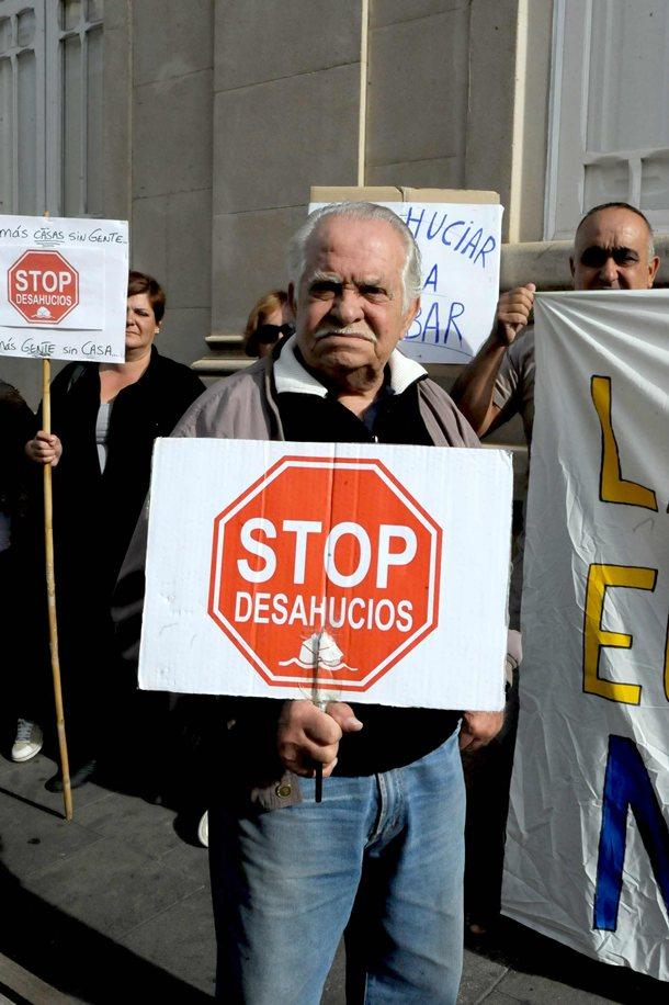 Concentracion en la calle Obispo Rey Redondo de La Laguna (Juzgado de Primera Instancia 5) para reclamar por el desahucio de Antonio Mendez y Berta Ferreira en Tacoronte J.G.