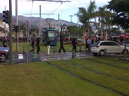 funcionarios cortan el tranvía