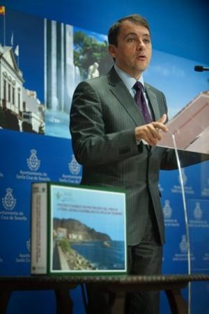 José Manuel Bermúdez, ayer, junto al proyecto de la escollera
