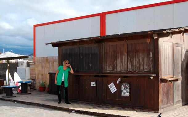 Arlet Paola, en el quiosco de la playa El Cabezo