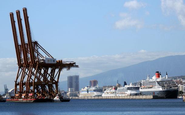 Grúas 'Súper Panamax' junto al 'Queen Mary 2' (Foto: Fran Pallero)