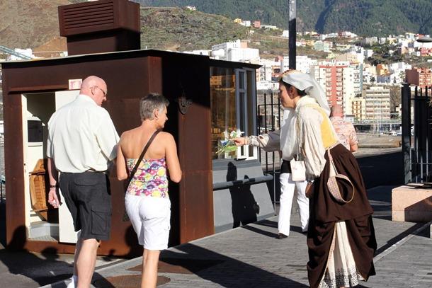 cruceristas turistas Visita del Queen Mary 2 a Santa Cruz de la Palma