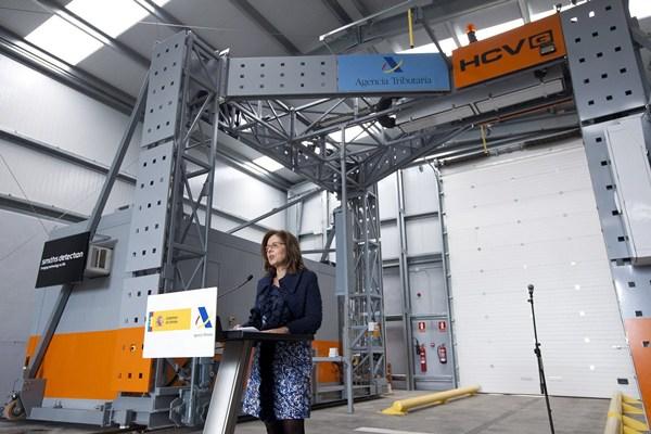 La directora general de la Agencia Tributaria, Beatriz Viana, presentó esta mañana el nuevo escáner de contenedores de Tenerife,
