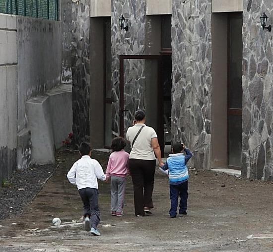 FAMILIA CON NIÑOS ACUDE A UN LOCAL DE CARITAS